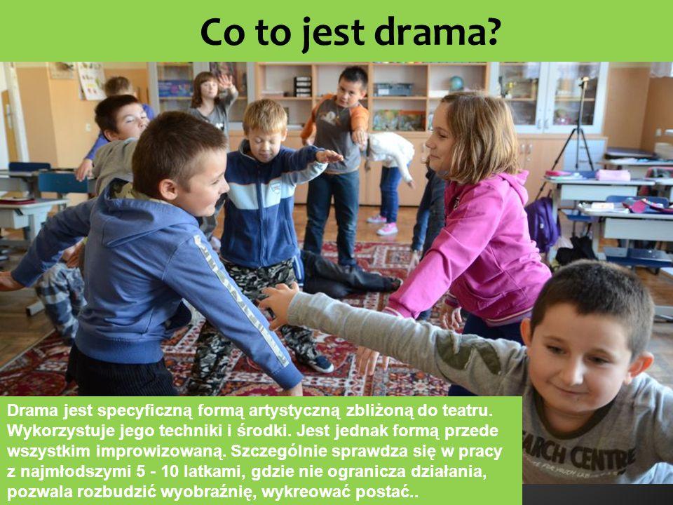 Co to jest drama? Drama jest specyficzną formą artystyczną zbliżoną do teatru. Wykorzystuje jego techniki i środki. Jest jednak formą przede wszystkim