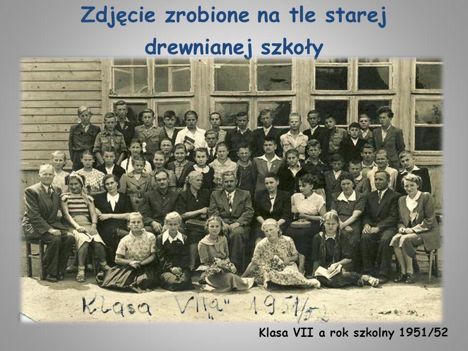 Zdjęcie zrobione na tle starej drewnianej szkoły Klasa VII a rok szkolny 1951/52