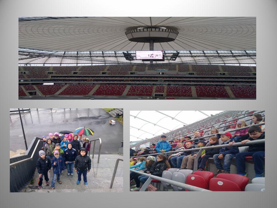 Pierwszym etapem jednodniowej wycieczki był Stadion Narodowy - wielofunkcyjny stadion sportowy (głównie piłkarski) na Kamionku w Warszawie, wybudowany w latach 2008-2011 z myślą o turnieju finałowym Mistrzostw Europy UEFA Euro 2012 i oficjalnie otwarty w dniu 29 stycznia 2012.