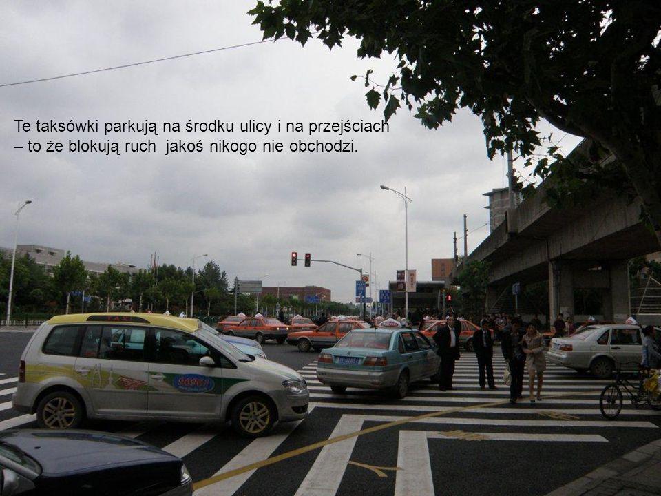 Te taksówki parkują na środku ulicy i na przejściach – to że blokują ruch jakoś nikogo nie obchodzi.