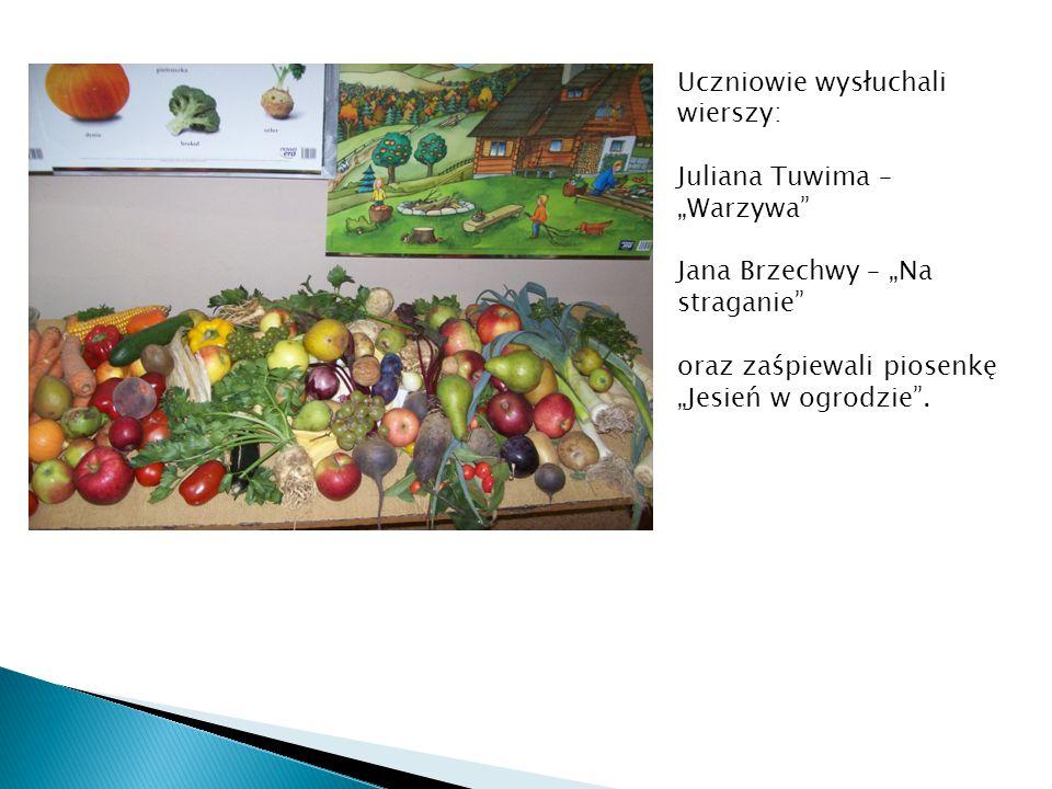 """Uczniowie wysłuchali wierszy: Juliana Tuwima – """"Warzywa"""" Jana Brzechwy – """"Na straganie"""" oraz zaśpiewali piosenkę """"Jesień w ogrodzie""""."""