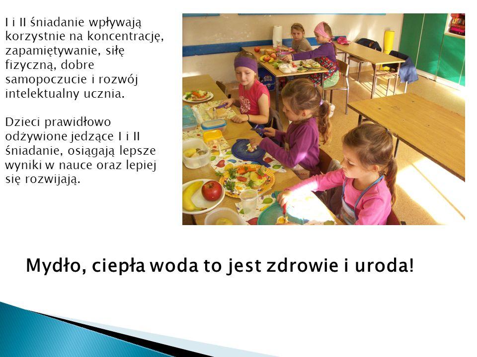 """W przerwie wśród-lekcyjnej dzieci zaśpiewały piosenkę """"Witaminki oraz powtarzały rymowanki: Pijąc sok owocowy, będziesz zawsze silny i zdrowy."""