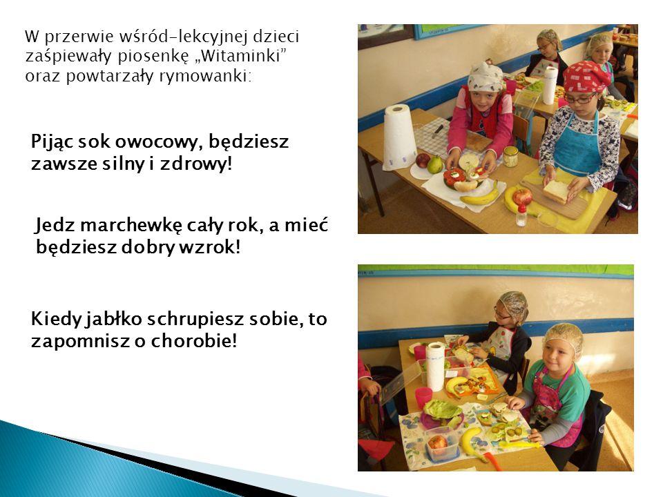 """W przerwie wśród-lekcyjnej dzieci zaśpiewały piosenkę """"Witaminki"""" oraz powtarzały rymowanki: Pijąc sok owocowy, będziesz zawsze silny i zdrowy! Jedz m"""