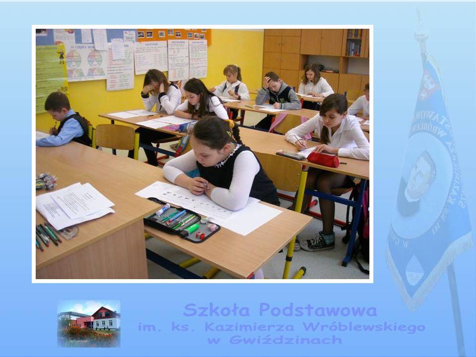 Uroczystości szkolne W sposób uroczysty obchodzimy widniejące w kalendarzu święta, rocznice ważnych wydarzeń czy aktualne, doniosłe fakty dla naszej społeczności i całej Ojczyzny.