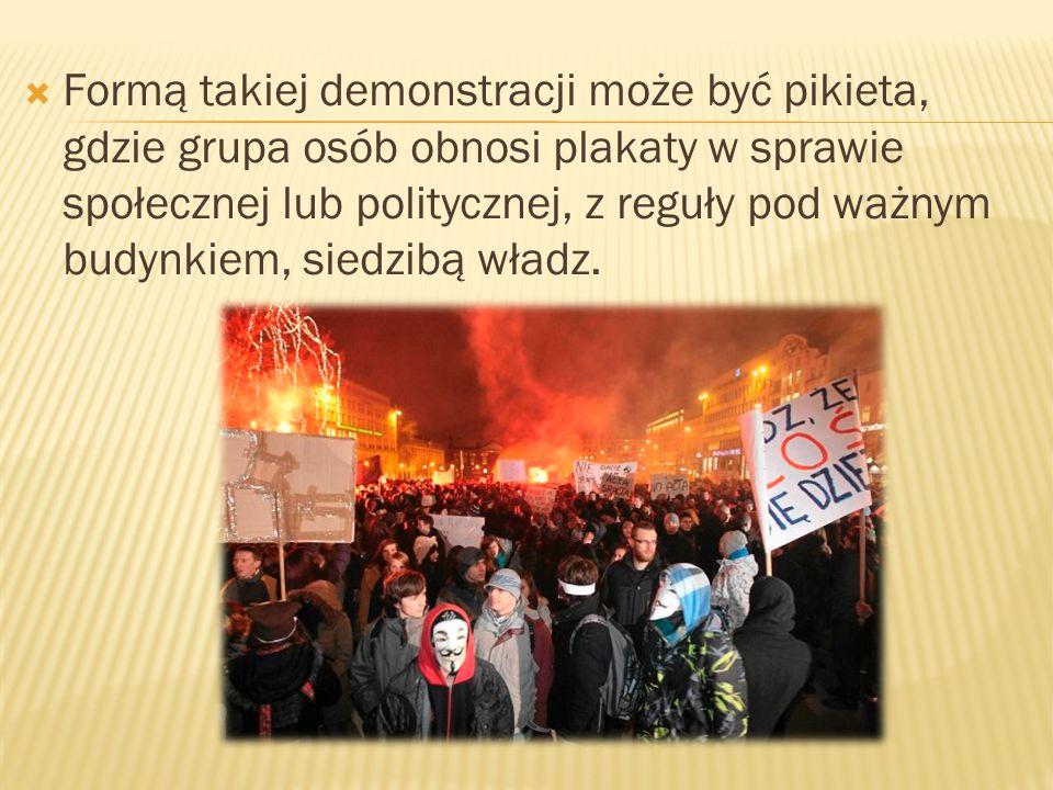  Formą takiej demonstracji może być pikieta, gdzie grupa osób obnosi plakaty w sprawie społecznej lub politycznej, z reguły pod ważnym budynkiem, sie