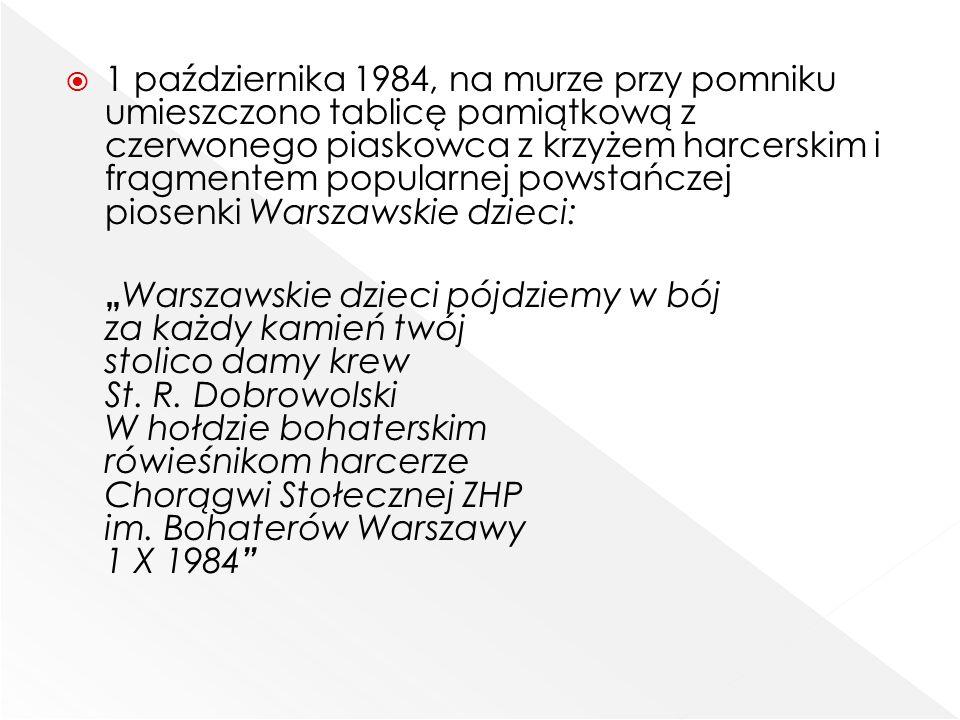  1 października 1984, na murze przy pomniku umieszczono tablicę pamiątkową z czerwonego piaskowca z krzyżem harcerskim i fragmentem popularnej powsta