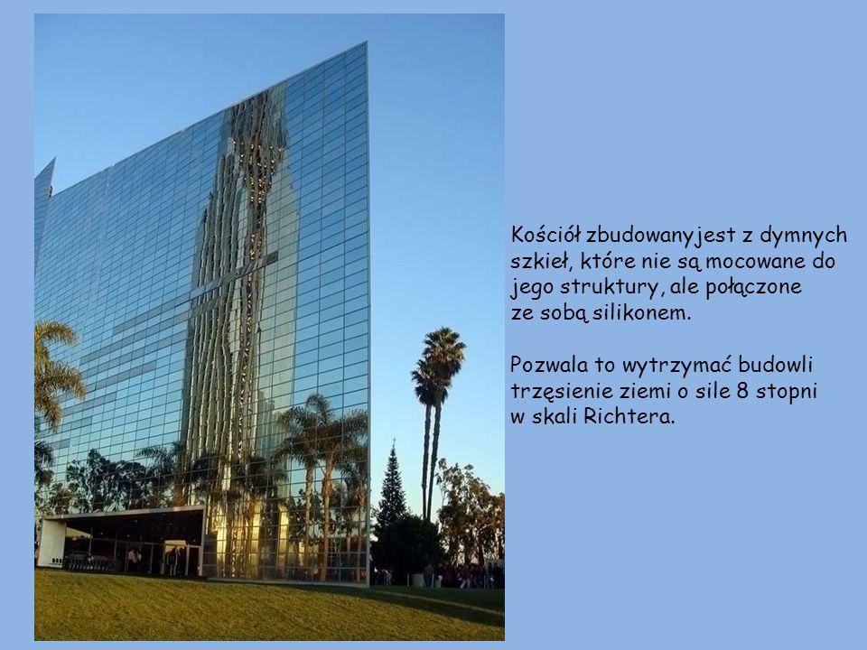 dzwonnica Budynek ma wysokość 10 pięter i 120 m długości, a wieża jest wysoka na 22 piętra. wieża
