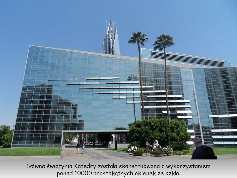 Główna świątynia Katedry została skonstruowana z wykorzystaniem ponad 10000 prostokątnych okienek ze szkła.