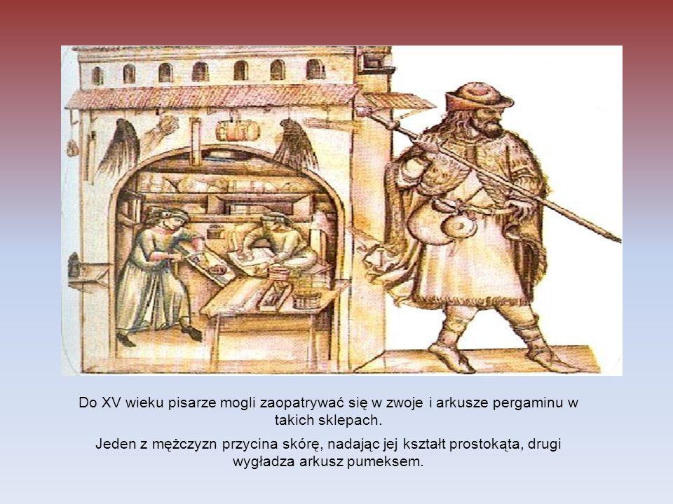 Do XV wieku pisarze mogli zaopatrywać się w zwoje i arkusze pergaminu w takich sklepach. Jeden z mężczyzn przycina skórę, nadając jej kształt prostoką