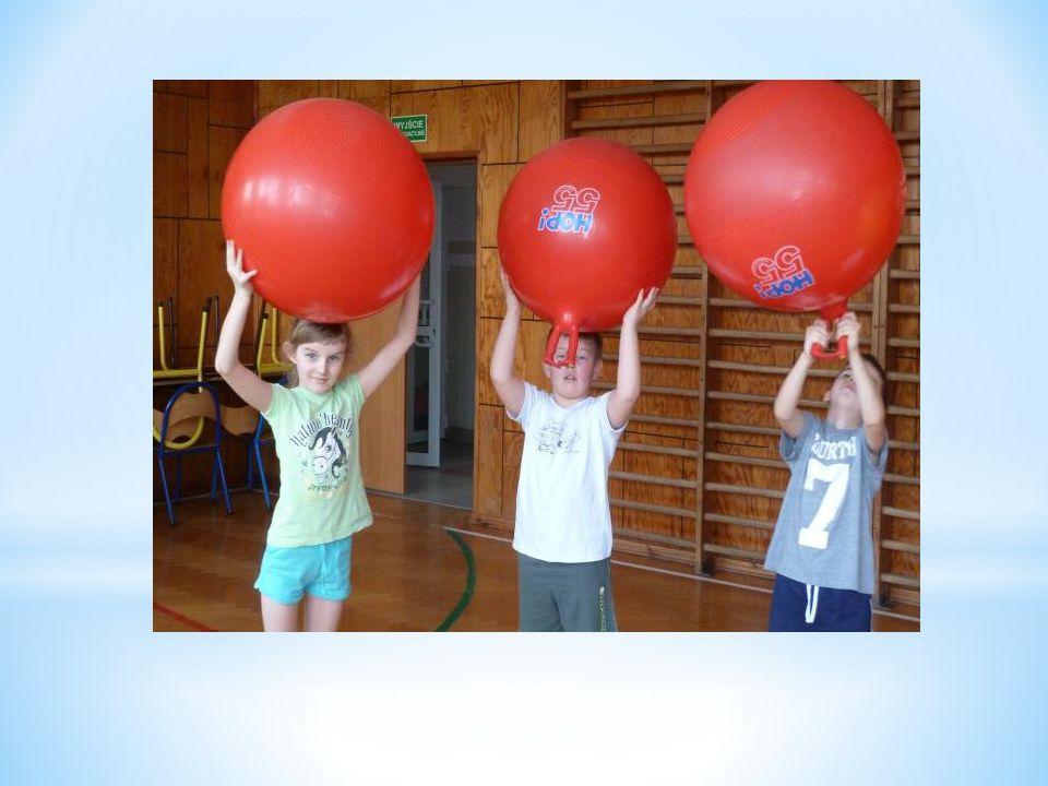 * Propozycja wielu różnych form prozdrowotnego przebywania dzieci na powietrzu, pozwala na częściowe opuszczenie ławki szkolnej, aktywizując dzieci do ruchu.