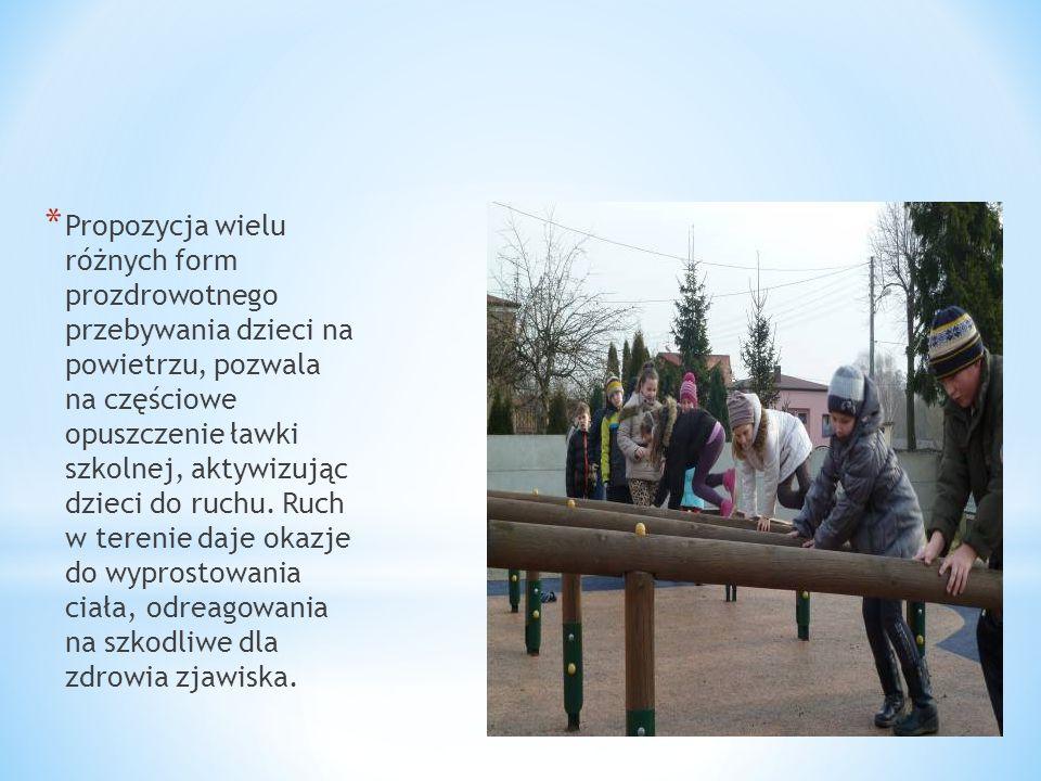 * Propozycja wielu różnych form prozdrowotnego przebywania dzieci na powietrzu, pozwala na częściowe opuszczenie ławki szkolnej, aktywizując dzieci do