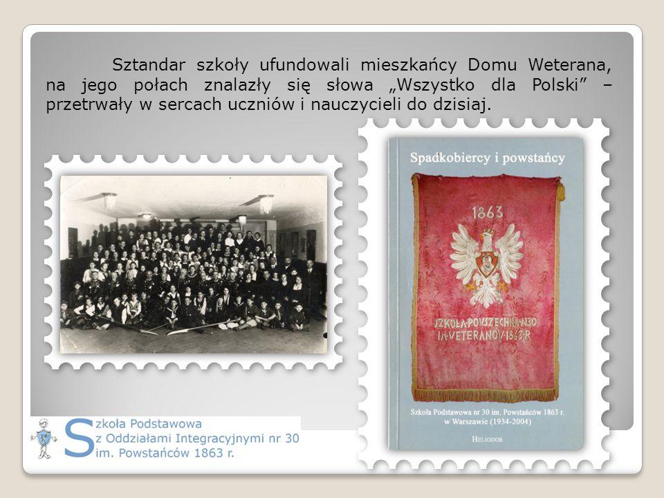 """Sztandar szkoły ufundowali mieszkańcy Domu Weterana, na jego połach znalazły się słowa """"Wszystko dla Polski – przetrwały w sercach uczniów i nauczycieli do dzisiaj."""