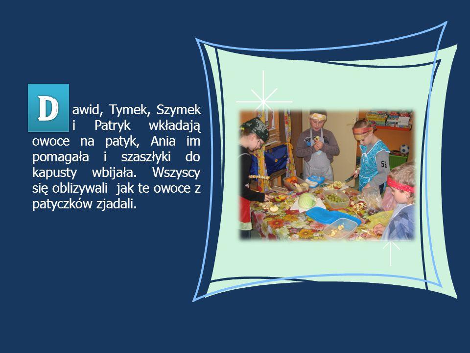 awid, Tymek, Szymek i Patryk wkładają owoce na patyk, Ania im pomagała i szaszłyki do kapusty wbijała. Wszyscy się oblizywali jak te owoce z patyczków