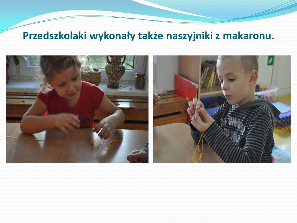 Przedszkolaki wykonały także naszyjniki z makaronu.