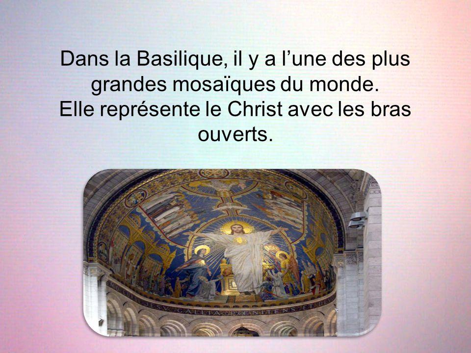Dans la Basilique, il y a l'une des plus grandes mosaïques du monde. Elle représente le Christ avec les bras ouverts.