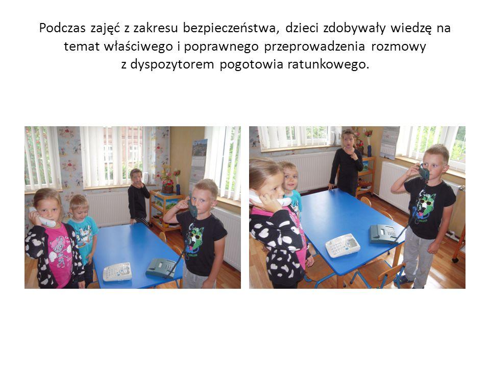 Podczas zajęć z zakresu bezpieczeństwa, dzieci zdobywały wiedzę na temat właściwego i poprawnego przeprowadzenia rozmowy z dyspozytorem pogotowia ratunkowego.