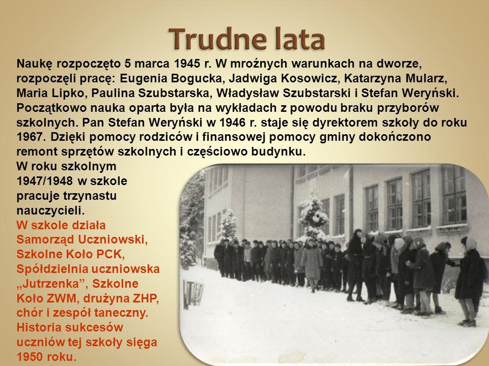 Naukę rozpoczęto 5 marca 1945 r. W mroźnych warunkach na dworze, rozpoczęli pracę: Eugenia Bogucka, Jadwiga Kosowicz, Katarzyna Mularz, Maria Lipko, P