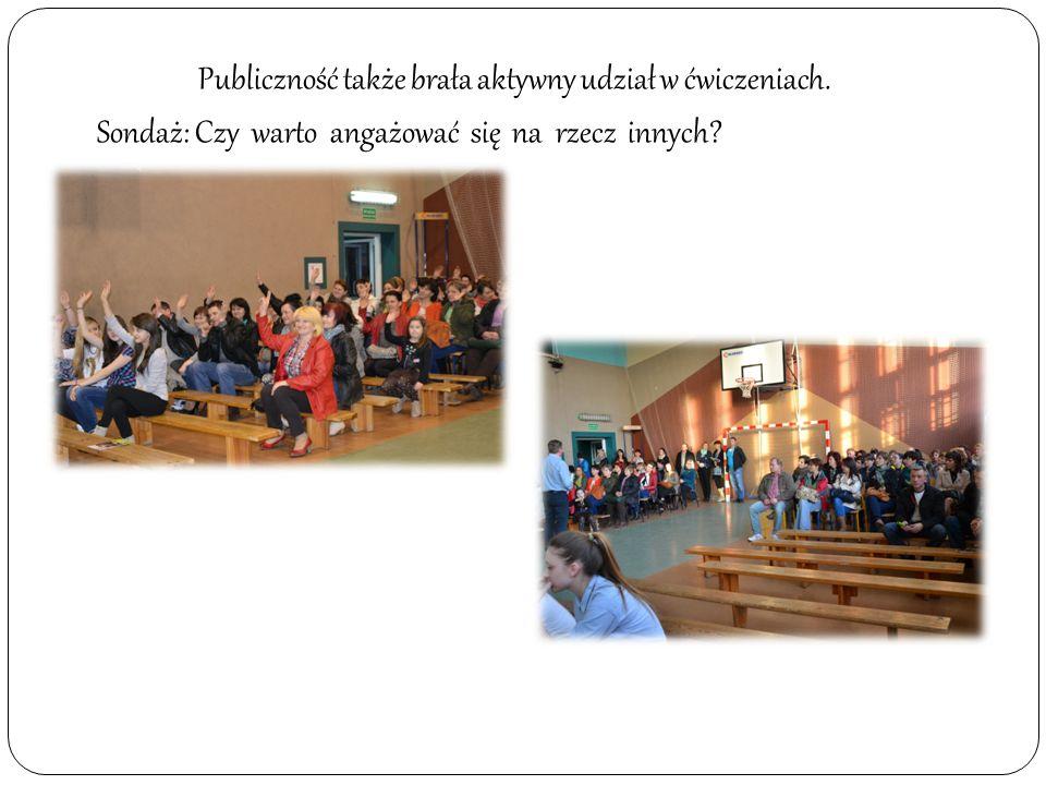 Opiekun PCK mówiła o akcjach charytatywnych w szkole.