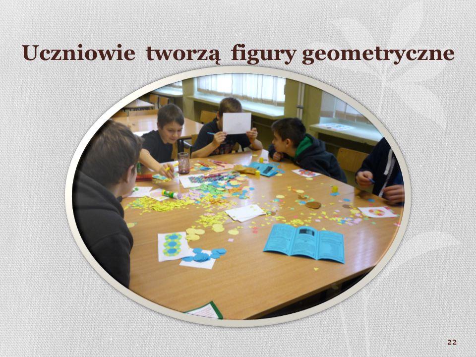 22 Uczniowie tworzą figury geometryczne