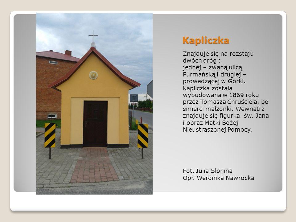 Kapliczka Znajduje się na rozstaju dwóch dróg : jednej – zwaną ulicą Furmańską i drugiej – prowadzącej w Górki.
