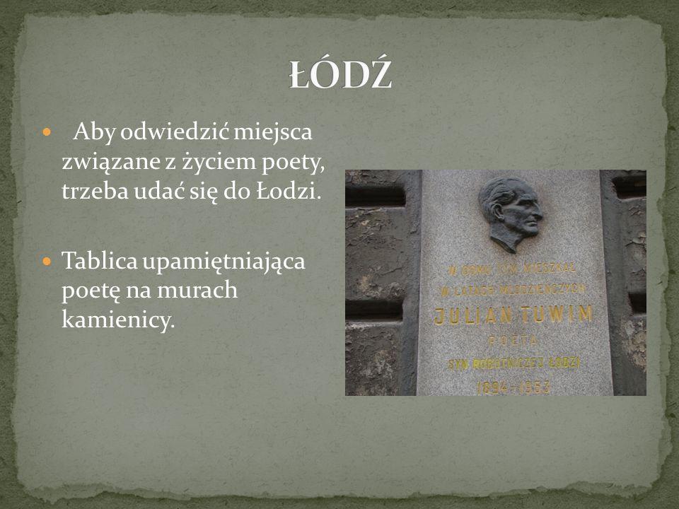 Aby odwiedzić miejsca związane z życiem poety, trzeba udać się do Łodzi. Tablica upamiętniająca poetę na murach kamienicy.
