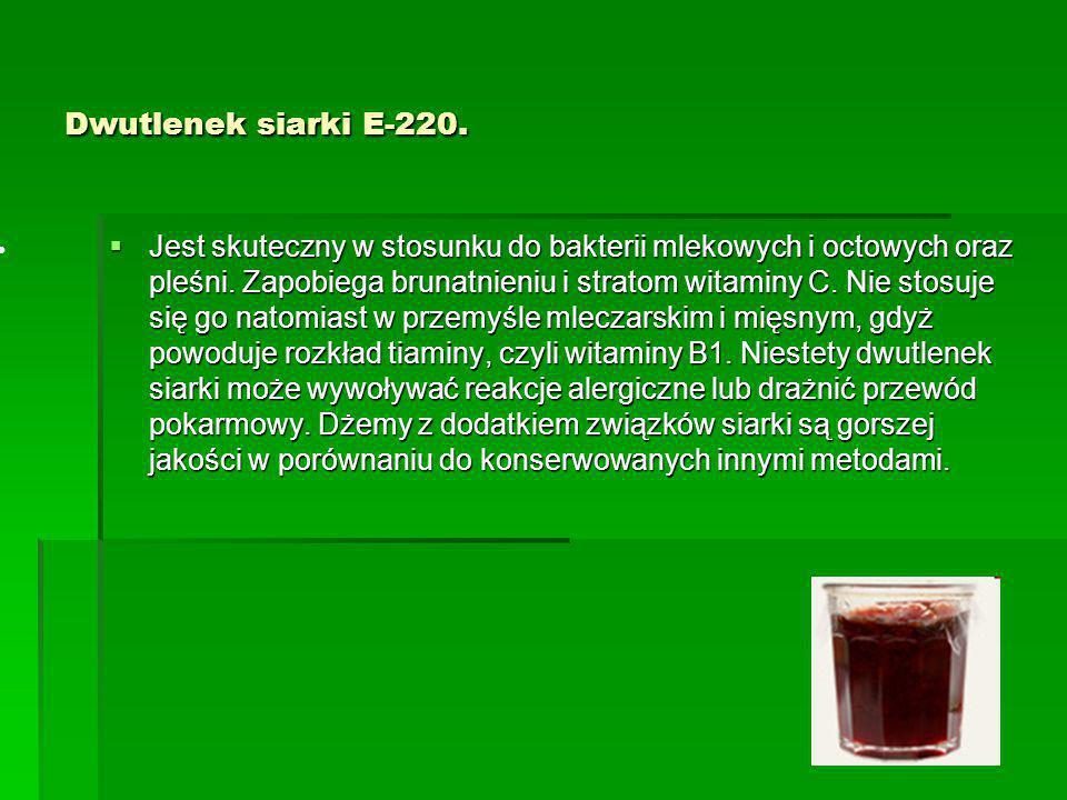 Dwutlenek siarki E-220.  Jest skuteczny w stosunku do bakterii mlekowych i octowych oraz pleśni. Zapobiega brunatnieniu i stratom witaminy C. Nie sto