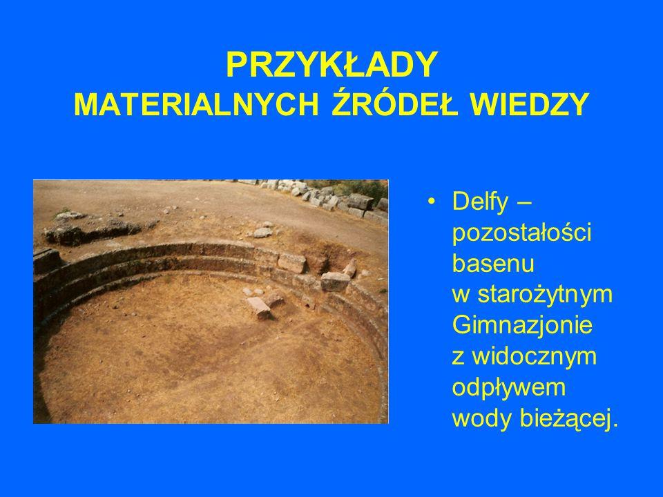 PRZYKŁADY MATERIALNYCH ŹRÓDEŁ WIEDZY Delfy – pozostałości basenu w starożytnym Gimnazjonie z widocznym odpływem wody bieżącej.