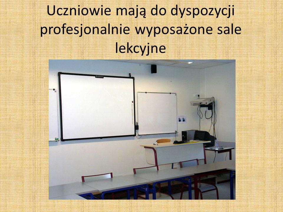 Uczniowie mają do dyspozycji profesjonalnie wyposażone sale lekcyjne