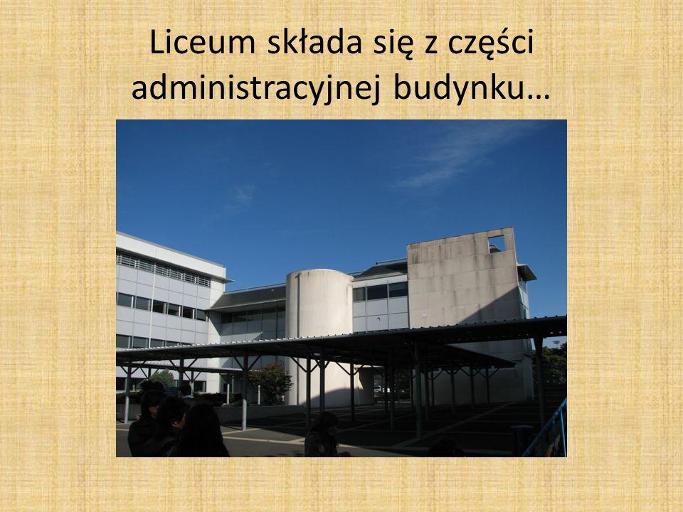 Liceum składa się z części administracyjnej budynku…