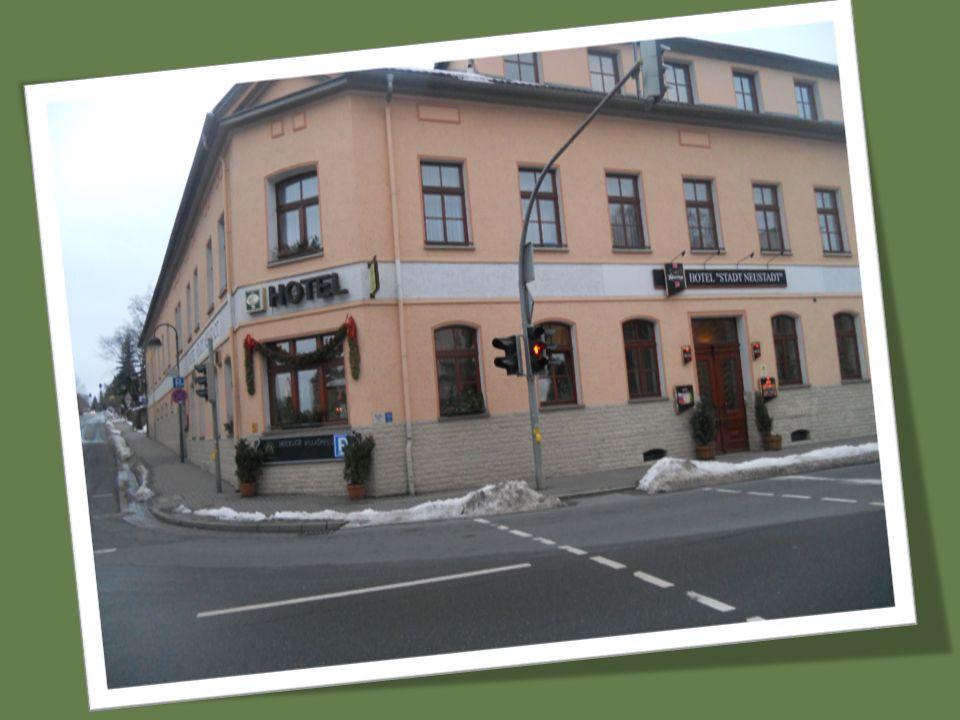 Hotel Stadt Neustadt *** położony jest przy głównej drodze, co oznacza łatwy dojazd samochodem, komunikacją miejską czy też pociągiem.