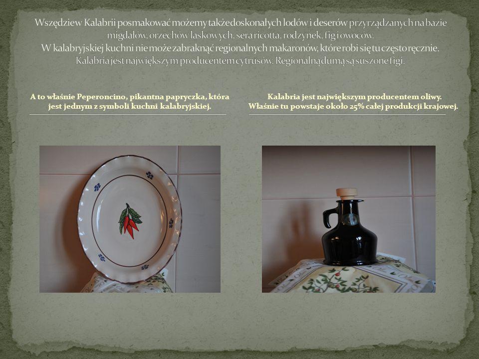 A to właśnie Peperoncino, pikantna papryczka, która jest jednym z symboli kuchni kalabryjskiej. Kalabria jest największym producentem oliwy. Właśnie t