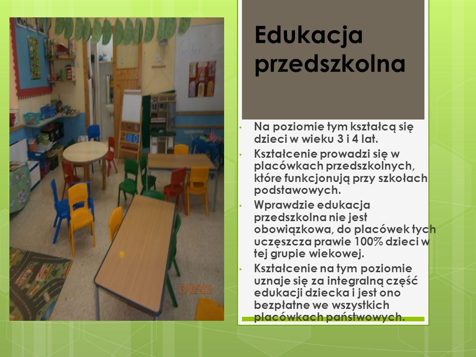 - Szkoły podstawowe są koedukacyjne.- Kształcenie jest obowiązkowe w wieku od 5 do 16 lat.