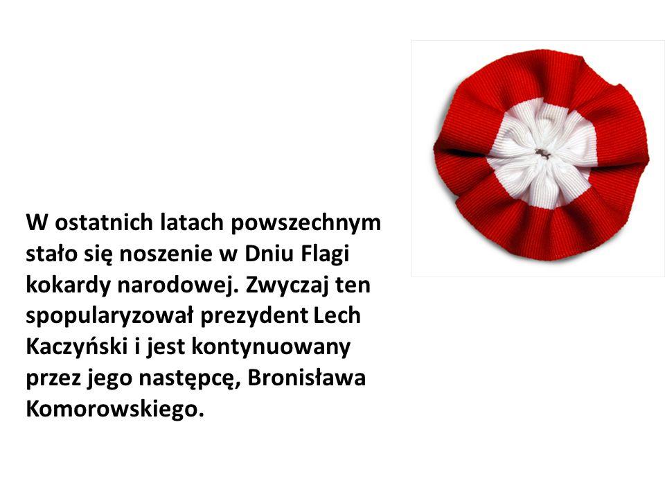 W ostatnich latach powszechnym stało się noszenie w Dniu Flagi kokardy narodowej. Zwyczaj ten spopularyzował prezydent Lech Kaczyński i jest kontynuow