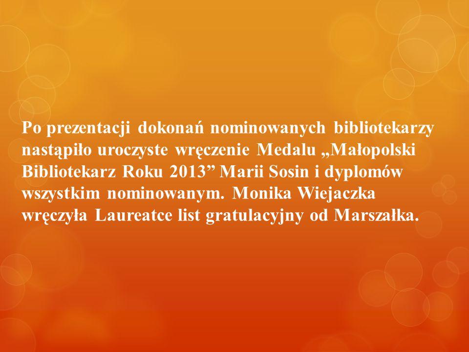 """Po prezentacji dokonań nominowanych bibliotekarzy nastąpiło uroczyste wręczenie Medalu """"Małopolski Bibliotekarz Roku 2013"""" Marii Sosin i dyplomów wszy"""