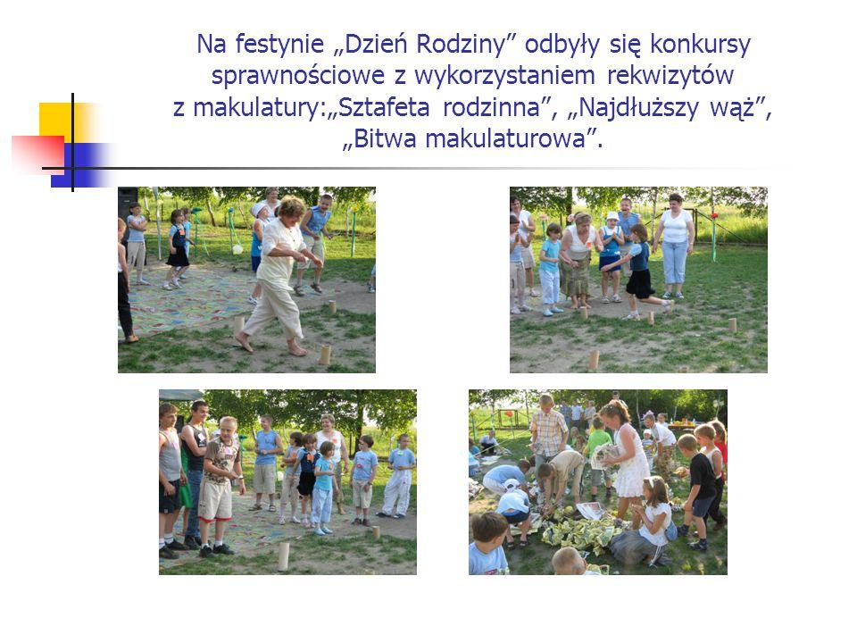 """Na festynie """"Dzień Rodziny"""" odbyły się konkursy sprawnościowe z wykorzystaniem rekwizytów z makulatury:""""Sztafeta rodzinna"""", """"Najdłuższy wąż"""", """"Bitwa m"""