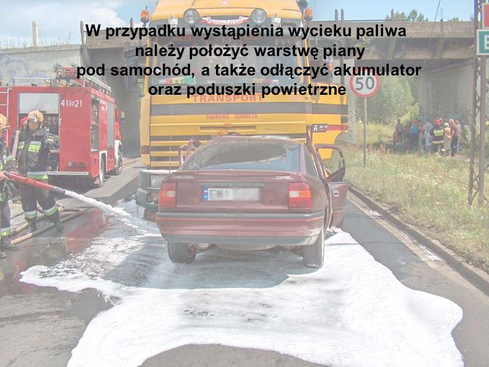 W przypadku wystąpienia wycieku paliwa należy położyć warstwę piany pod samochód, a także odłączyć akumulator oraz poduszki powietrzne