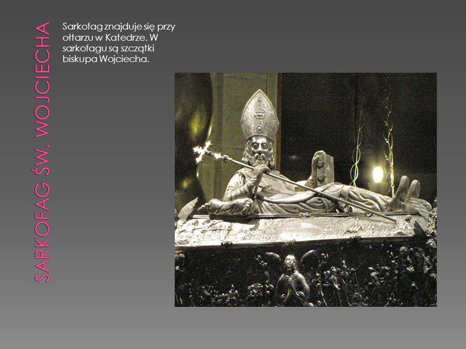 Sarkofag znajduje się przy ołtarzu w Katedrze. W sarkofagu są szczątki biskupa Wojciecha.