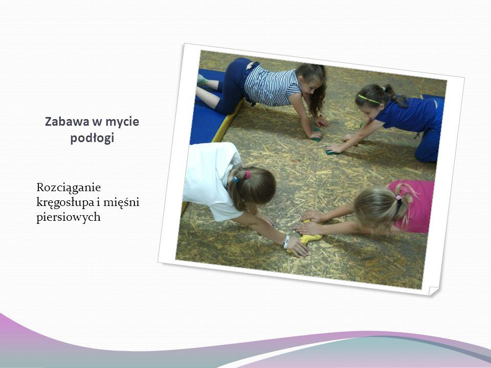 Zabawa w mycie podłogi Rozciąganie kręgosłupa i mięśni piersiowych