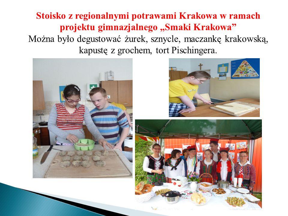 """Stoisko z regionalnymi potrawami Krakowa w ramach projektu gimnazjalnego """"Smaki Krakowa"""" Można było degustować żurek, sznycle, maczankę krakowską, kap"""