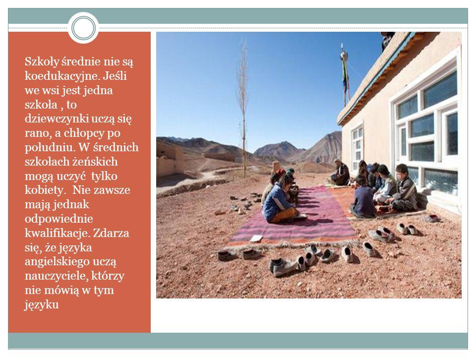 Szkoły średnie nie są koedukacyjne. Jeśli we wsi jest jedna szkoła, to dziewczynki uczą się rano, a chłopcy po południu. W średnich szkołach żeńskich