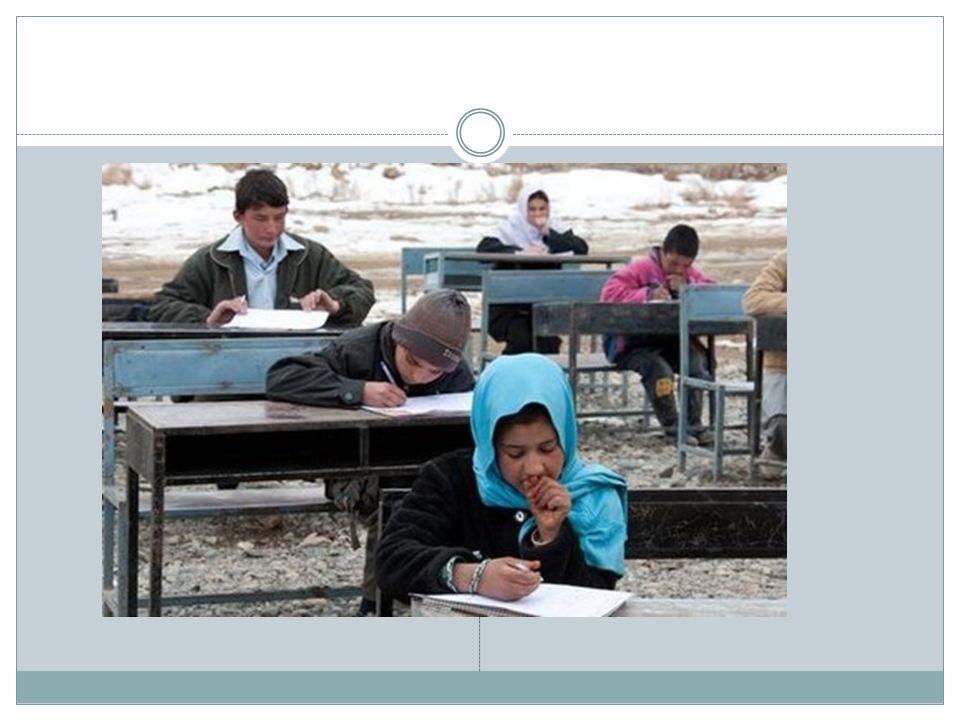 DOSTĘP DO EDUKACJI: DZIEWCZYNKI I CHŁOPCY Szkoły w Afganistanie budowane są w dużych miejscowościach, więc dzieci z tzw.