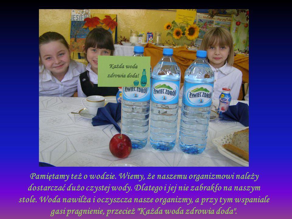 Pamiętamy też o wodzie. Wiemy, że naszemu organizmowi należy dostarczać dużo czystej wody. Dlatego i jej nie zabrakło na naszym stole. Woda nawilża i