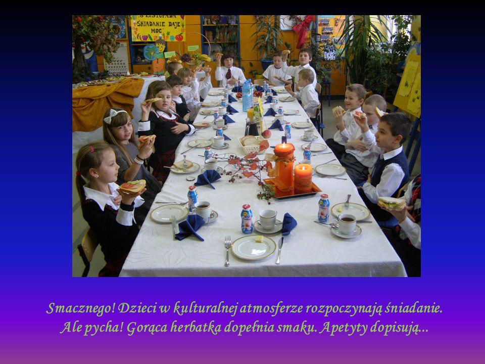 Smacznego! Dzieci w kulturalnej atmosferze rozpoczynają śniadanie. Ale pycha! Gorąca herbatka dopełnia smaku. Apetyty dopisują...