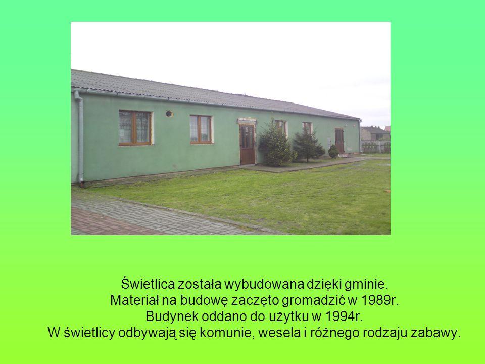Świetlica została wybudowana dzięki gminie.Materiał na budowę zaczęto gromadzić w 1989r.