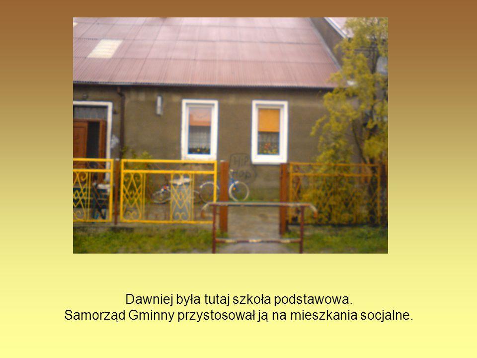 Dawniej była tutaj szkoła podstawowa. Samorząd Gminny przystosował ją na mieszkania socjalne.