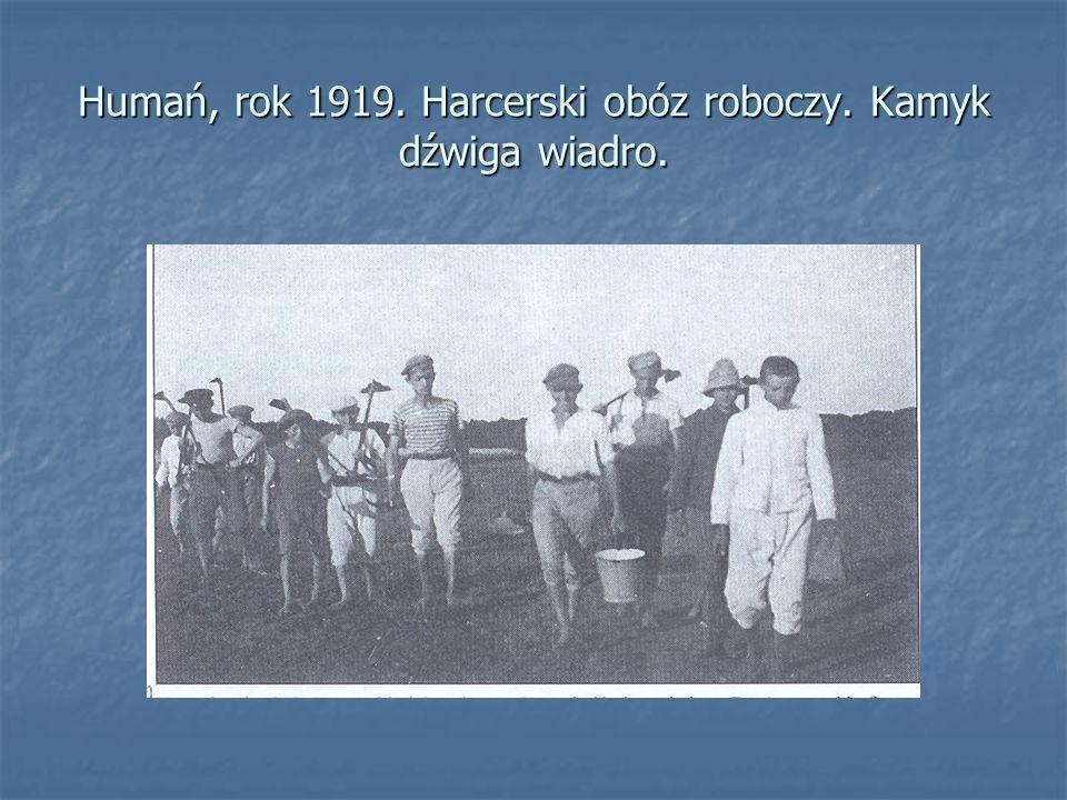 Humań, rok 1919. Harcerski obóz roboczy. Kamyk dźwiga wiadro.