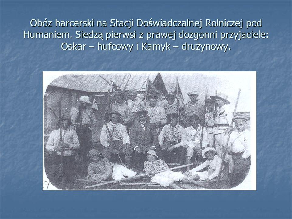 Obóz harcerski na Stacji Doświadczalnej Rolniczej pod Humaniem. Siedzą pierwsi z prawej dozgonni przyjaciele: Oskar – hufcowy i Kamyk – drużynowy.
