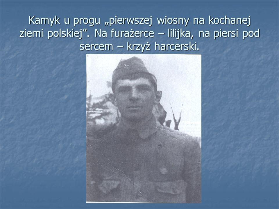 """Kamyk u progu """"pierwszej wiosny na kochanej ziemi polskiej"""". Na furażerce – lilijka, na piersi pod sercem – krzyż harcerski."""