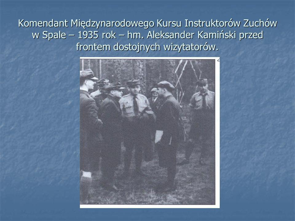 Komendant Międzynarodowego Kursu Instruktorów Zuchów w Spale – 1935 rok – hm. Aleksander Kamiński przed frontem dostojnych wizytatorów.