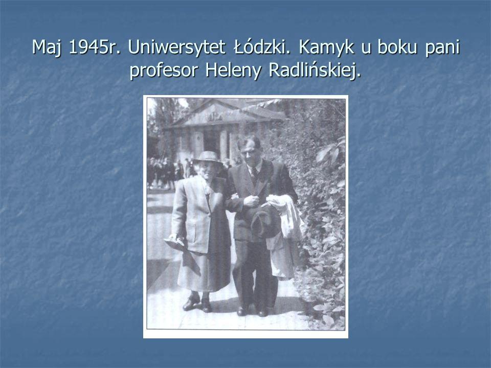 Maj 1945r. Uniwersytet Łódzki. Kamyk u boku pani profesor Heleny Radlińskiej.